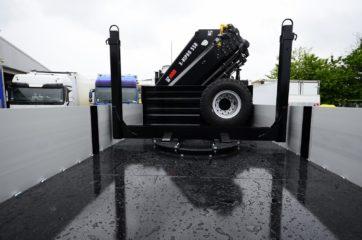UNI CARGO SIDES nadogradnja sa okretnicom u tovarnom sanduku i dizalicom HIAB smeštenom iza kabine vozila 2