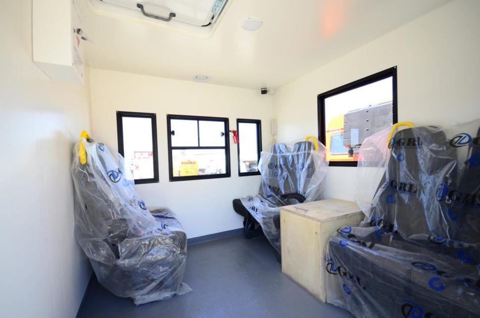 Nadogradnja za prevoz rudara sa tovarnim sandukom i Hyva dizalicom - unutrasnjost 1