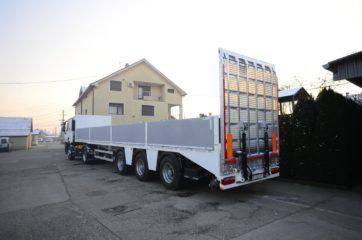 UNIT poluprikolica (navoz) UniMachine ST 3A sa hidrauličnom rampom i BDF ključevima za transport kontejnera